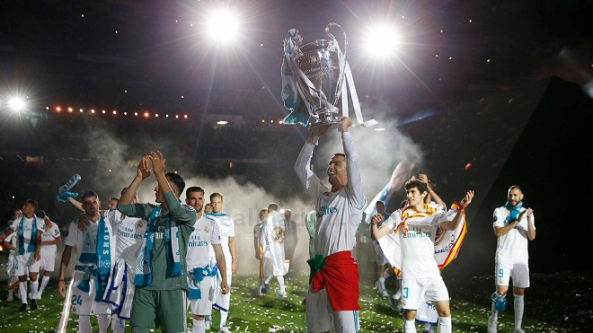 Tưng bừng tiệc mừng công của Real Madrid ở Bernabeu, CĐV hô vang đòi Ronaldo ở lại