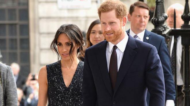 Scandal ảnh dàn dựng 'đánh gục' bố Meghan Markle, cô dâu hoàng gia phải cầu xin ông dẫn vào lễ đường