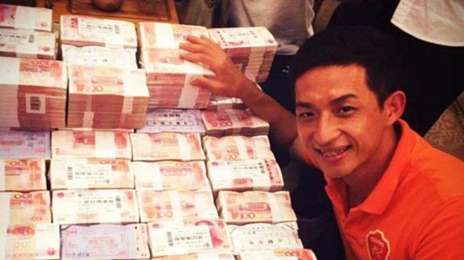 Cầu thủ Trung Quốc khoe 'núi tiền' thưởng 90 tỷ sau khi giúp CLB thăng hạng