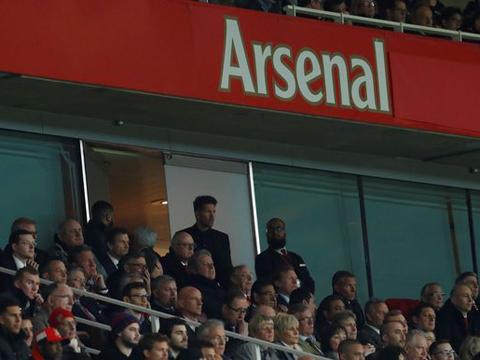 Diego Simeone nổi điên, bị đuổi lên khán đài và tranh thủ... 'đàm phán' với sếp Arsenal?