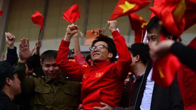 VIDEO Phó thủ tướng Vũ Đức Đam hô vang tên các cầu thủ U23 Việt Nam, khuấy động sân Mỹ Đình