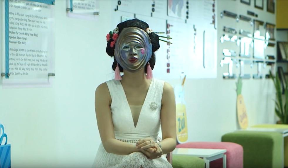 MC truyền hình Phương Thảo đeo mặt nạ hồ nguyệt đi hẹn hò