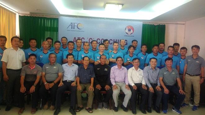 Huỳnh Đức làm 'thầy' Văn Quyến, 4 CLB V.League bị phạt vì pháo sáng