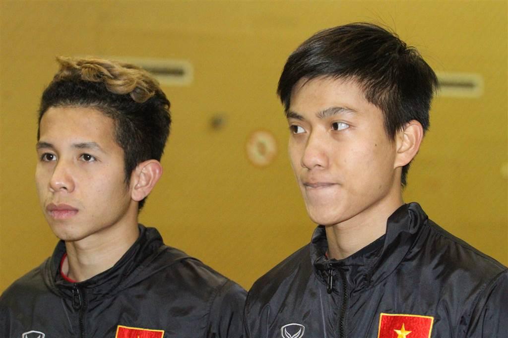 Văn Đức (phải) và Hồng Duy trả lời báo chí sau buổi tập chiều 25/1 - Ảnh: Hoàng Linh